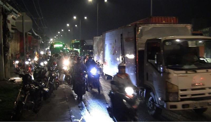 Xe chở nước đóng bình lật nhào trên quốc lộ, giao thông ùn ứ - ảnh 2