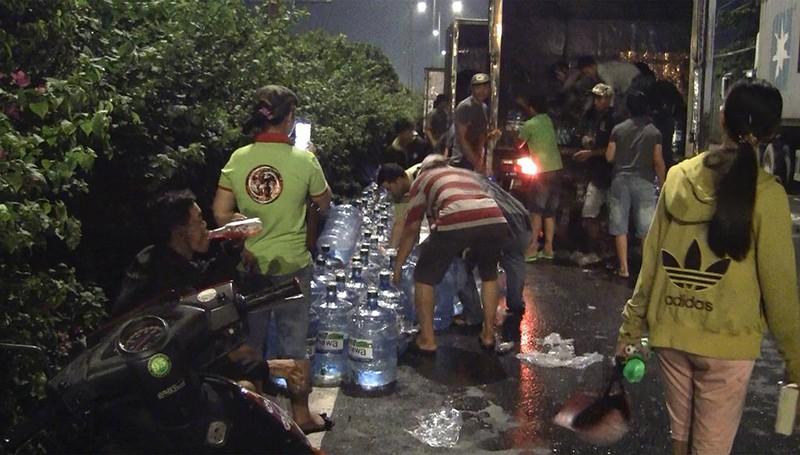 Xe chở nước đóng bình lật nhào trên quốc lộ, giao thông ùn ứ - ảnh 1