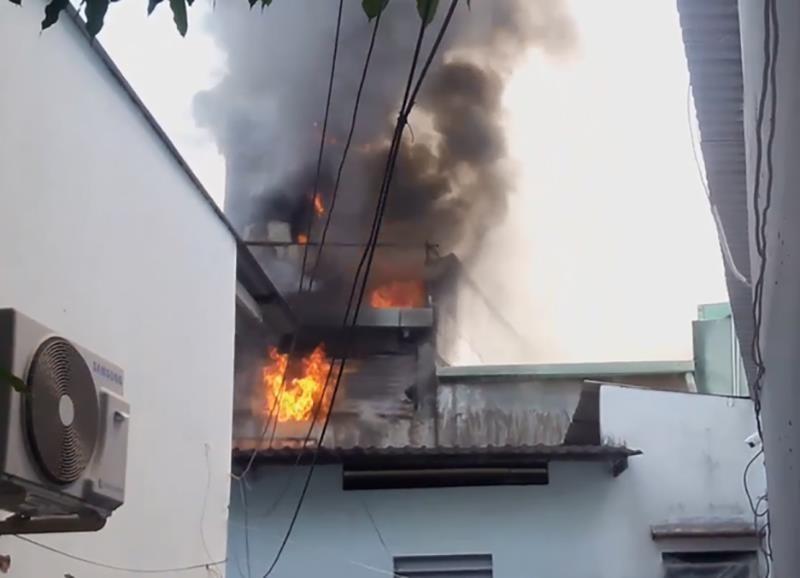 Cháy cơ sở ráp đồng hồ treo tường, khu dân cư náo loạn - ảnh 1