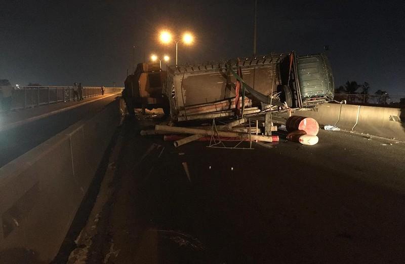 Cầu Phú Mỹ tê liệt nhiều giờ vì xe tải lật - ảnh 1