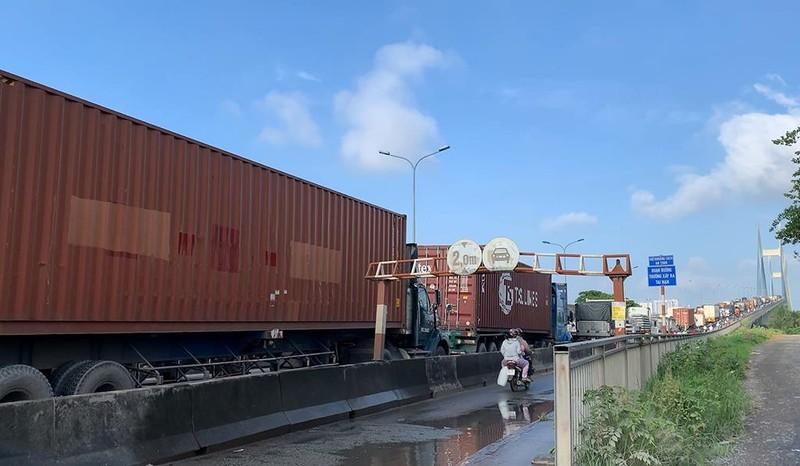 Tông liên hoàn trên cầu Phú Mỹ, kẹt xe từ sáng đến trưa - ảnh 2