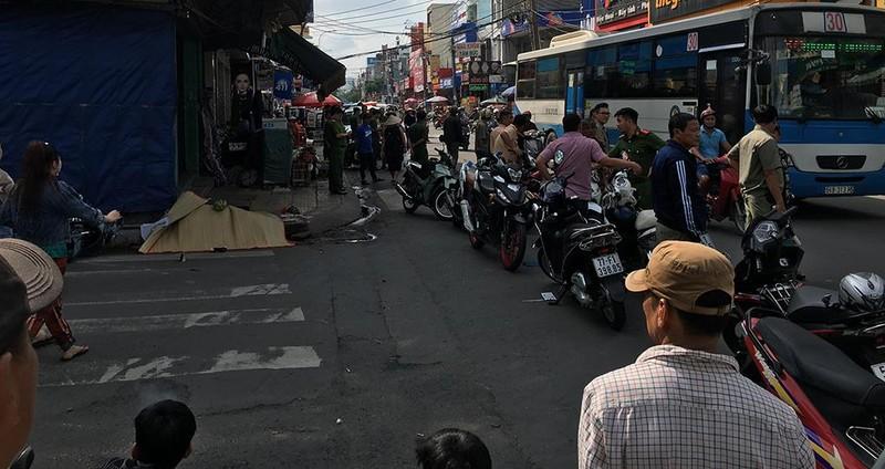 Taxi va chạm làm 2 người thương vong ở Tân Phú rồi bỏ trốn - ảnh 1