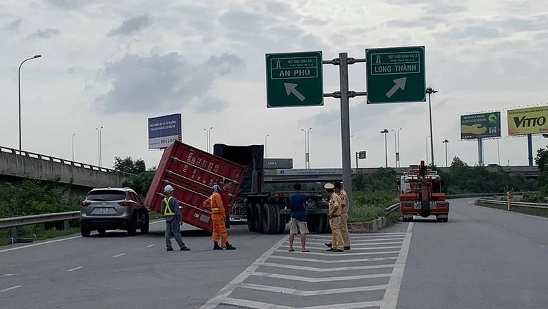 Thùng container rơi trúng ô tô trên đường dẫn cao tốc - ảnh 1