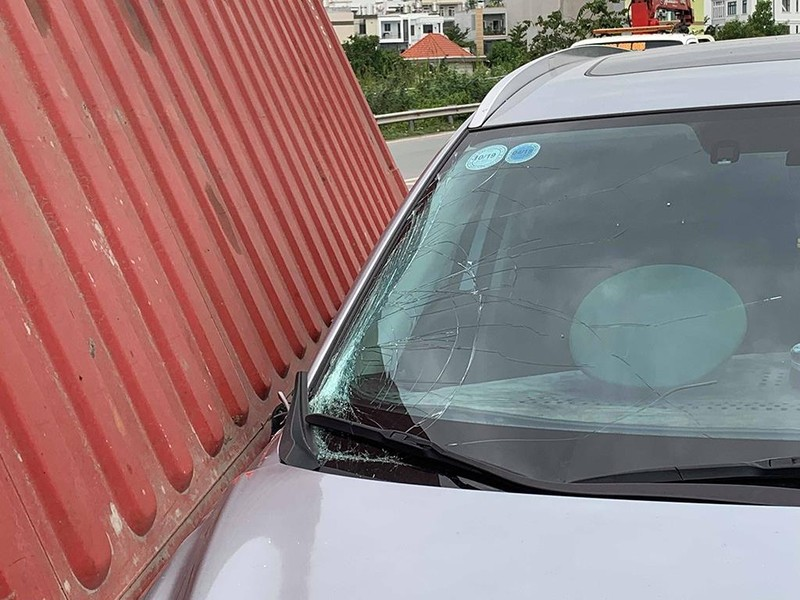 Thùng container rơi trúng ô tô trên đường dẫn cao tốc - ảnh 2