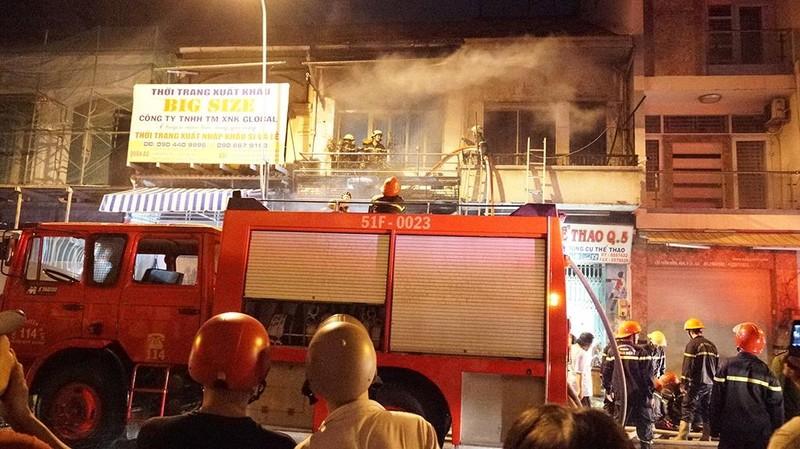 Xe chữa cháy vừa rời đi thì đám cháy ở quận 5 bùng phát lại - ảnh 1