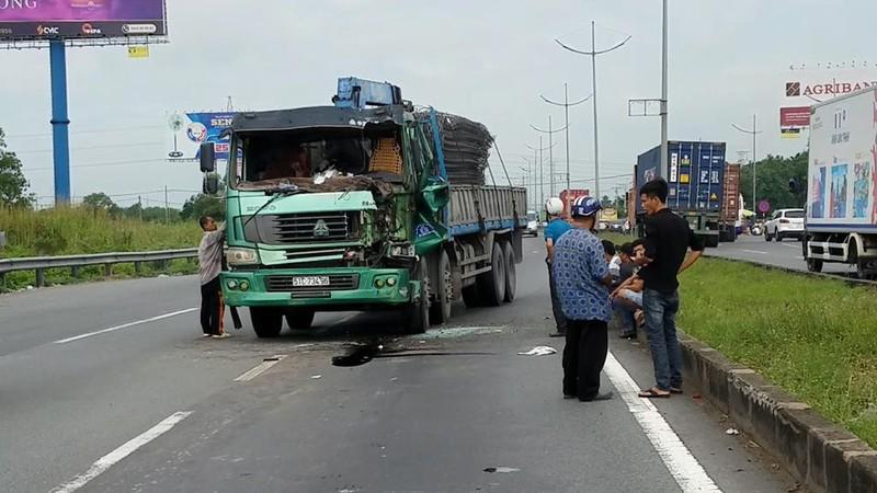 Tai nạn trên đường dẫn cao tốc, tài xế kẹt cứng trong cabin - ảnh 1