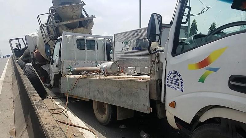 Xe bồn dừng trên đường để sửa chữa, bị ô tô tải tông vào - ảnh 1