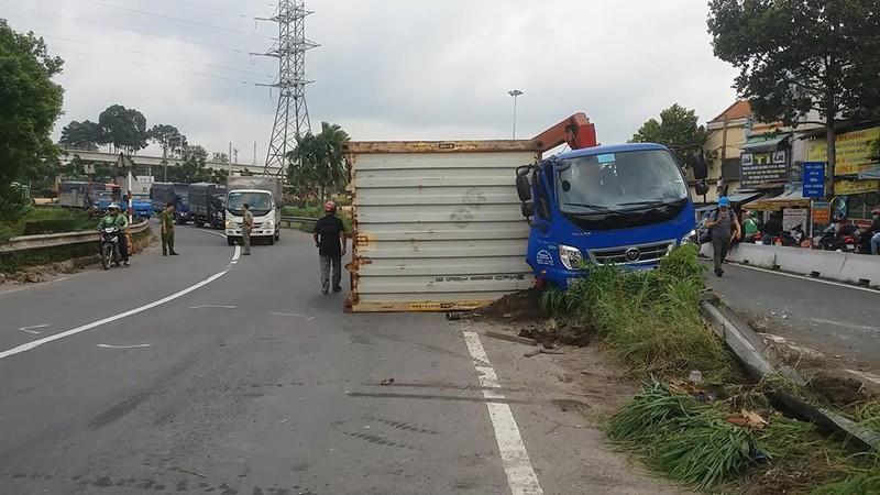 Lật xe bồn, rớt thùng container khiến giao thông hỗn loạn - ảnh 2