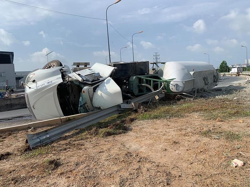 Lật xe bồn, rớt thùng container khiến giao thông hỗn loạn - ảnh 4