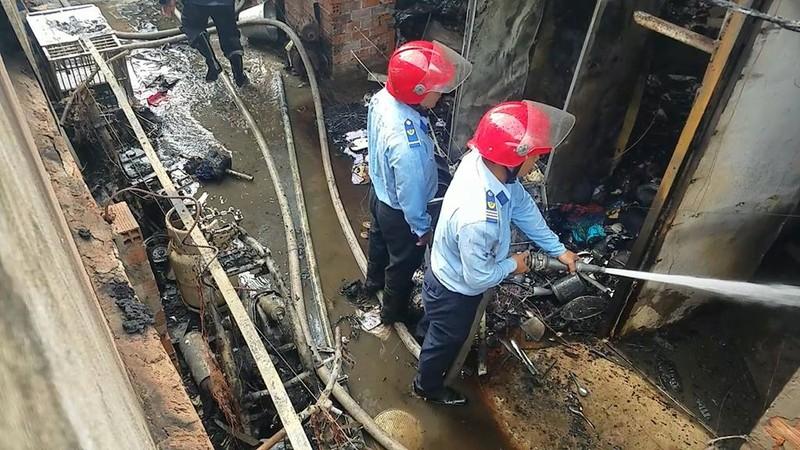 Cháy dữ dội dãy trọ ở Bình Tân - ảnh 1