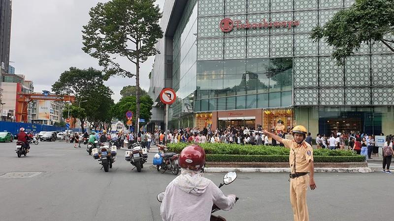 Tòa nhà Sài Gòn Center bốc khói, hàng trăm người tháo chạy - ảnh 1