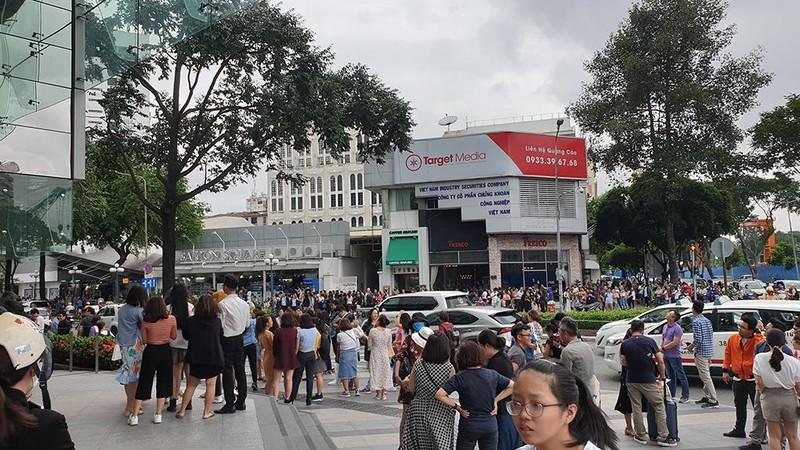 Tòa nhà Sài Gòn Center bốc khói, hàng trăm người tháo chạy - ảnh 2