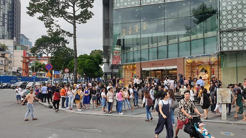 Tòa nhà Sài Gòn Center bốc khói, hàng trăm người tháo chạy - ảnh 3