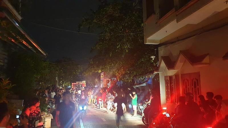 Dân leo mái tôn 'chia lửa' với cảnh sát trong vụ cháy dữ dội - ảnh 1