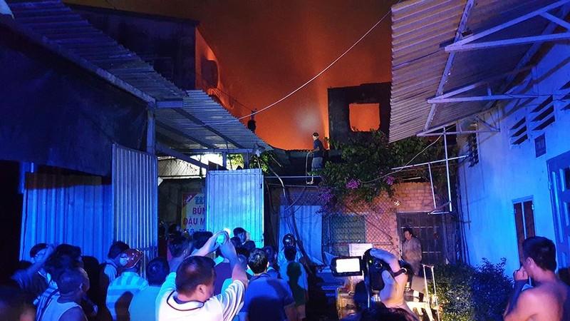 Dân leo mái tôn 'chia lửa' với cảnh sát trong vụ cháy dữ dội - ảnh 3