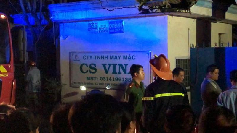Dân leo mái tôn 'chia lửa' với cảnh sát trong vụ cháy dữ dội - ảnh 5