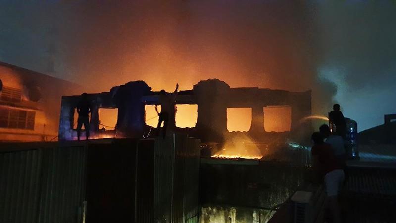 Dân leo mái tôn 'chia lửa' với cảnh sát trong vụ cháy dữ dội - ảnh 4