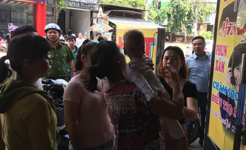 Bé trai 8 tháng tuổi mắc kẹt trong thang máy nhà dân ở Gò Vấp - ảnh 2