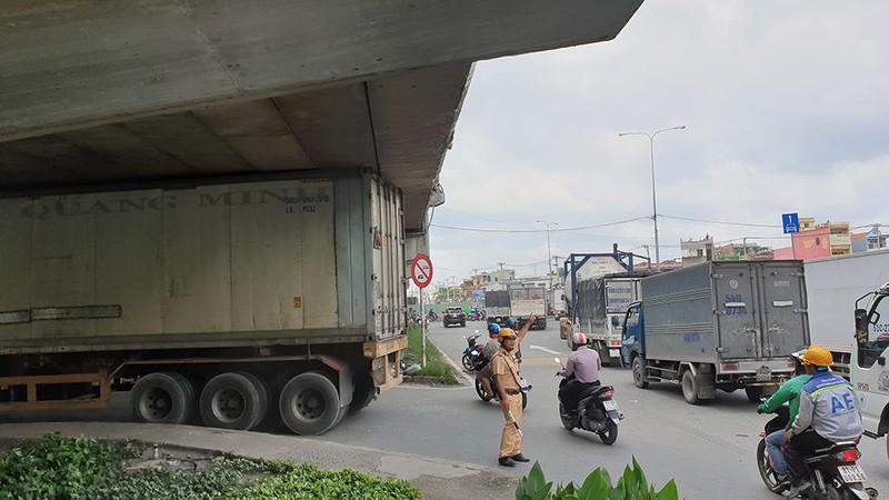 Chạy đường cấm, container 'đụng trần' cầu vượt An Sương - ảnh 2