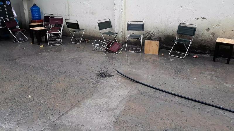 Ngồi uống cà phê, người đàn ông bị dây điện rơi giật chết - ảnh 1