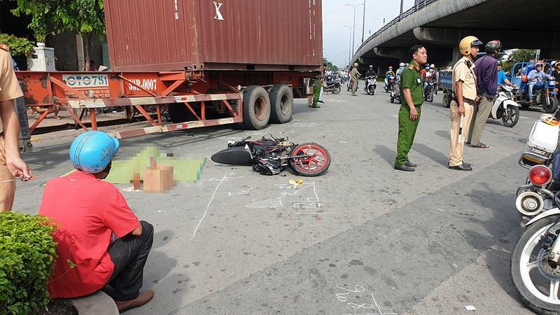 Va chạm với container ở quận 12, chồng thoát nạn, vợ tử vong - ảnh 1