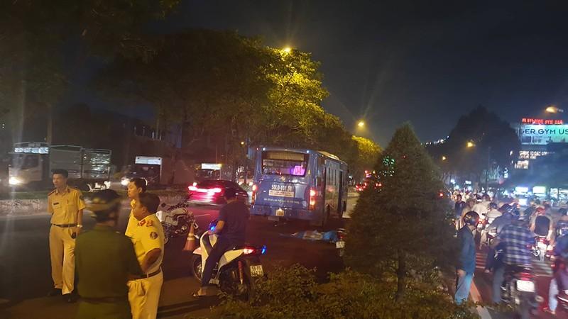 Nam thanh niên bị xe buýt cán tử vong trong làn ô tô - ảnh 1