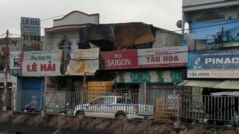 Cháy dữ dội tiệm phụ tùng xe máy khóa trái cửa ở Bình Chánh - ảnh 1