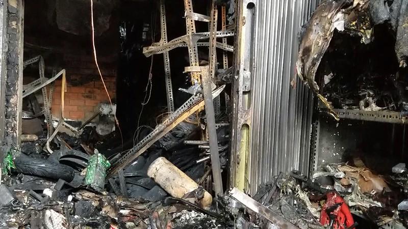 Cháy dữ dội tiệm phụ tùng xe máy khóa trái cửa ở Bình Chánh - ảnh 2