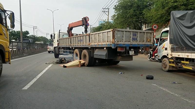 Xe tải cán chết người đàn ông đi xe đạp nhặt ve chai - ảnh 1