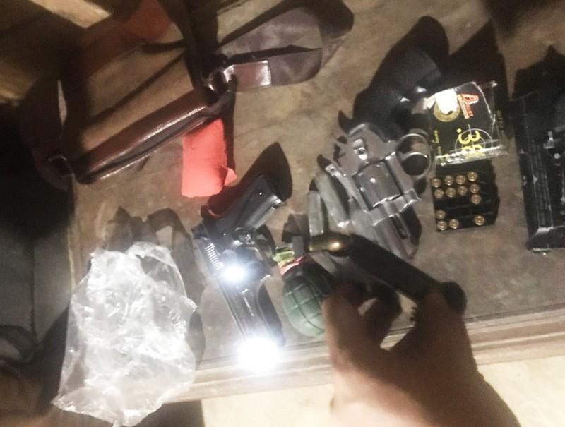 Thủ 8 khẩu súng cùng lựu đạn đi buôn ma túy xuyên quốc gia - ảnh 3