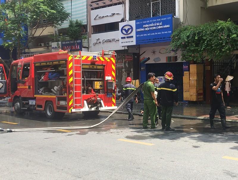 1 bảo vệ dân phố bị thương khi dập lửa căn nhà quận 1 - ảnh 1