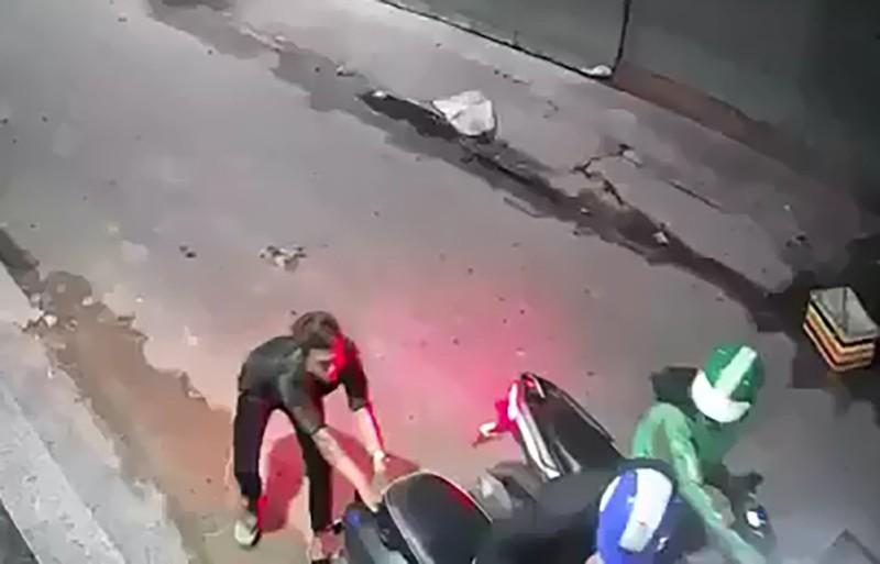 Tài xế mặc áo Grab chở đồng bọn gí dao cướp xe máy ở Bình Tân - ảnh 1