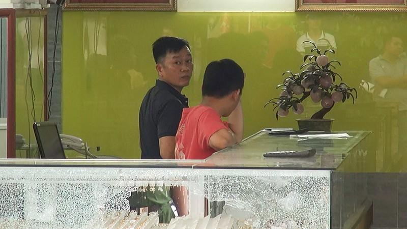 Lời kể của chủ tiệm vàng bị cướp bằng súng ở Hóc Môn - ảnh 4