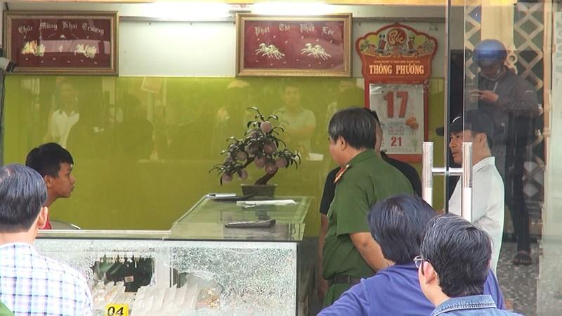 Lời kể của chủ tiệm vàng bị cướp bằng súng ở Hóc Môn - ảnh 2