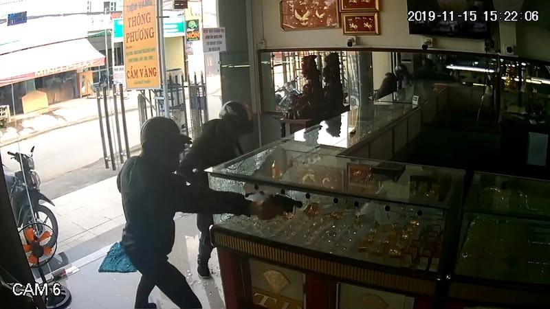 2 nghi phạm nổ súng cướp tiệm vàng ở Hóc Môn bị bắt - ảnh 1