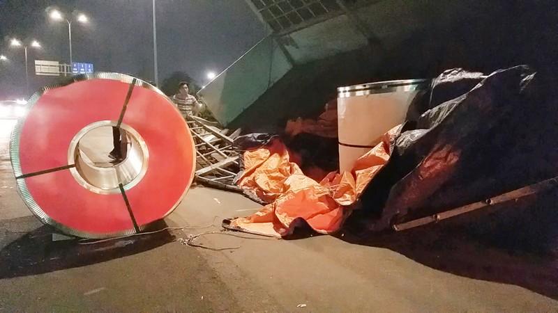 3 cuộn thép hàng chục tấn rơi đè xe tải ở Bình Tân - ảnh 1