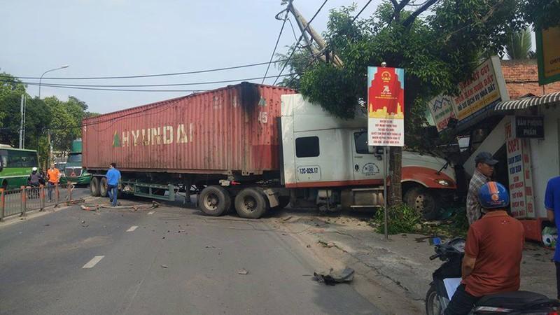 Xe đầu kéo lao vào nhà dân ở huyện Củ Chi - ảnh 1