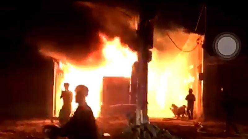 Cháy xưởng gỗ, thiêu rụi hàng trăm mét vuông ở Hóc Môn - ảnh 1