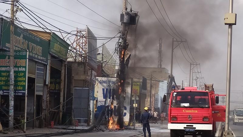 Cháy nổ cột điện ven quốc lộ 1A, dân náo loạn  - ảnh 2