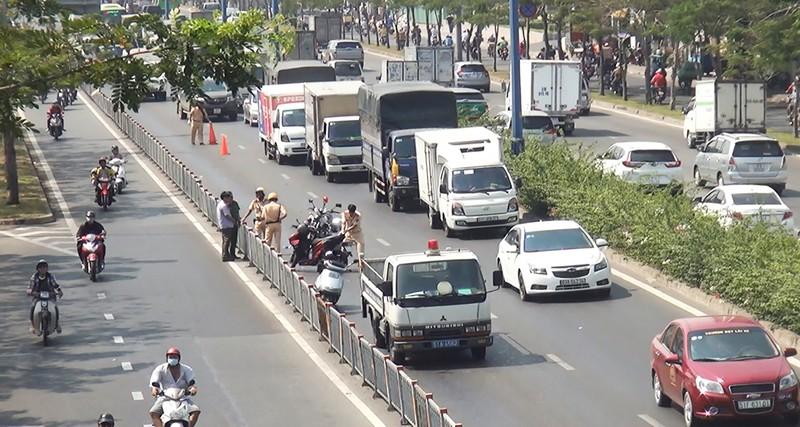 2 thanh niên nghi cướp giật gặp tai nạn ở đường Võ Văn Kiệt - ảnh 2