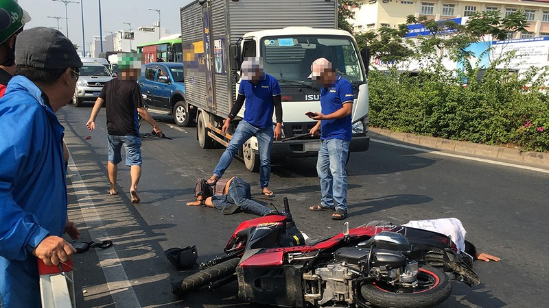 2 thanh niên nghi cướp giật gặp tai nạn ở đường Võ Văn Kiệt - ảnh 1