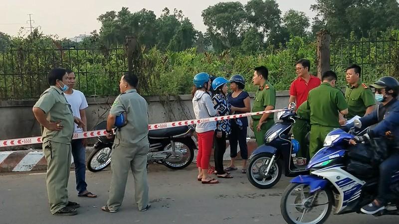 Dập đám cháy cỏ ở Bình Tân, phát hiện thi thể cháy đen - ảnh 1