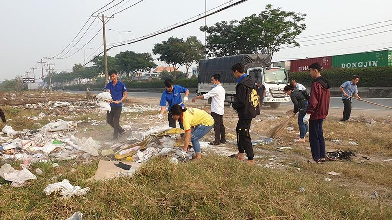 500 người cùng dọn rác ngày giáp tết ở quốc lộ 22 - ảnh 2