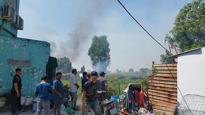 Cháy lan từ đốt rác, khu dân cư náo loạn ngày giáp tết - ảnh 3