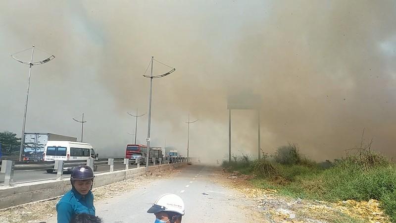 Cháy lan từ đốt rác, khu dân cư náo loạn ngày giáp tết - ảnh 1