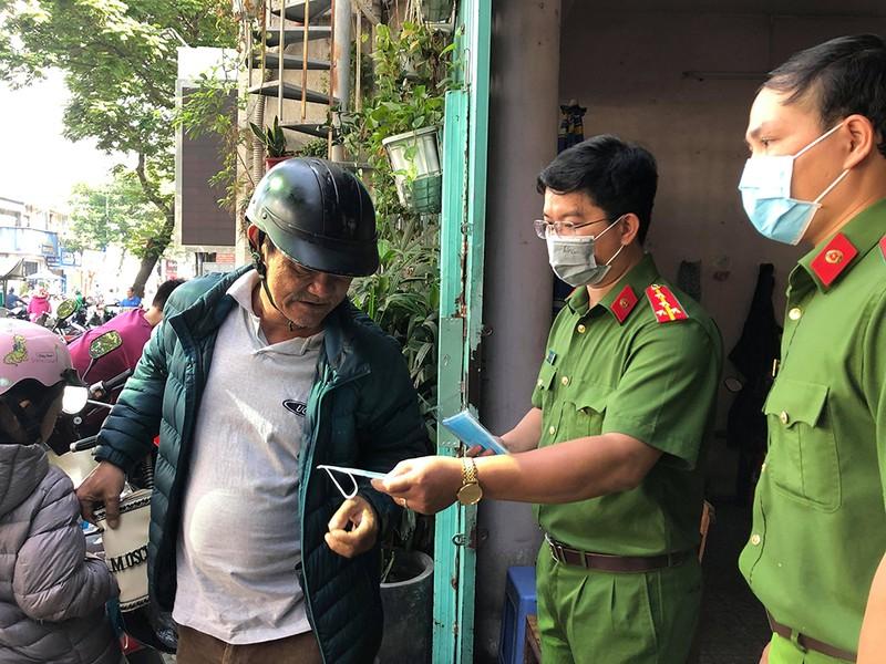 Công an Bình Thạnh phát khẩu trang cho dân tại trụ sở  - ảnh 2