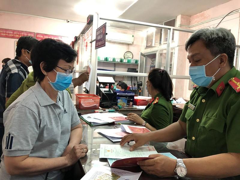 Công an Bình Thạnh phát khẩu trang cho dân tại trụ sở  - ảnh 1