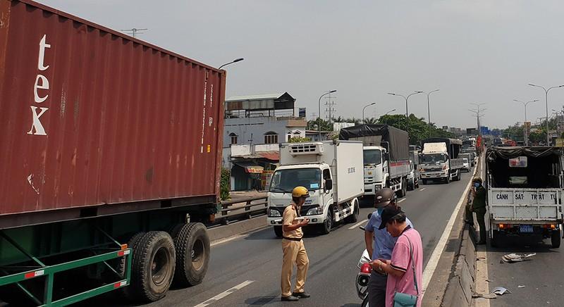 Container va chạm ô tô 7 chỗ, cả ngàn phương tiện kẹt cứng - ảnh 3