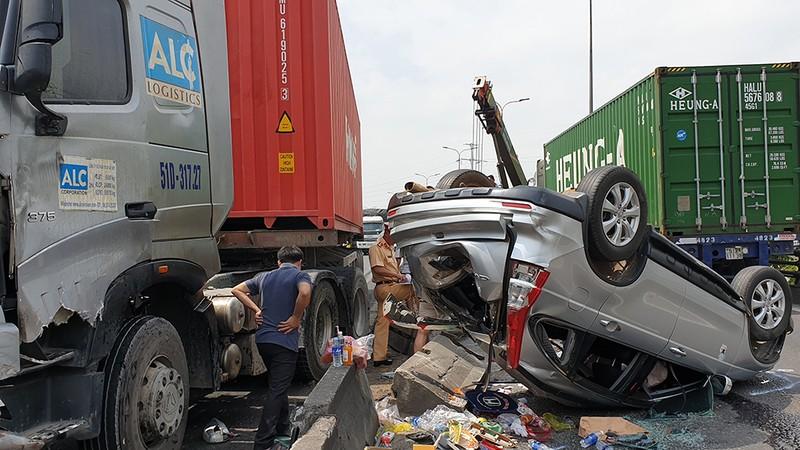 Container va chạm ô tô 7 chỗ, cả ngàn phương tiện kẹt cứng - ảnh 1