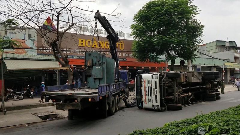 Xe chở máy dập sắt lật trước nhà hàng tiệc cưới ở Bình Tân - ảnh 2